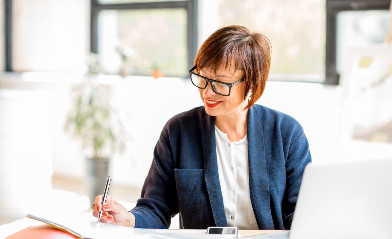 אשה לאחר שינוי קריירה באמצ החיים
