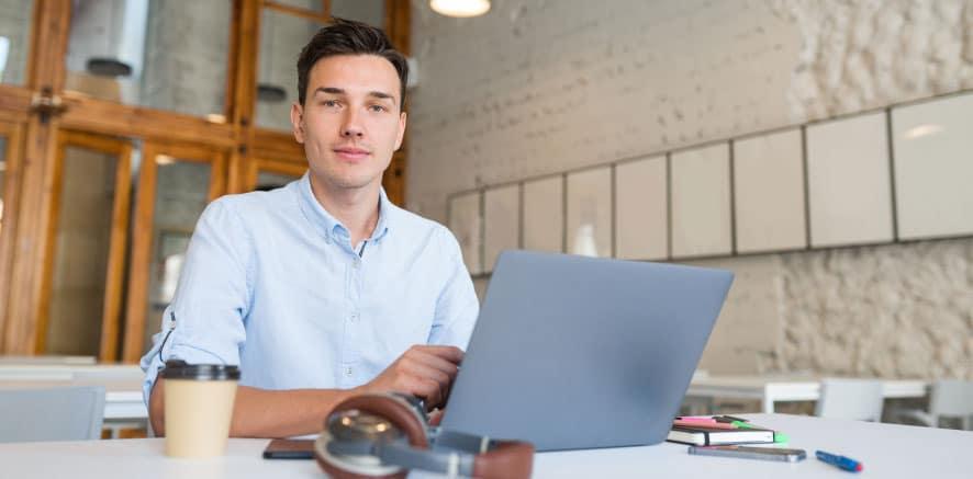 גבר צעיר שמצא את הייעוד התעסוקתי שלו